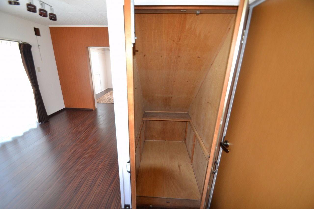キッチン近くにある階段下を利用した収納です。