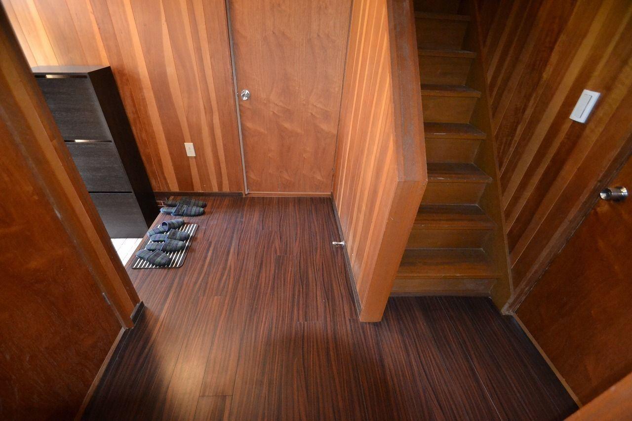 階段は玄関からすぐの場所。