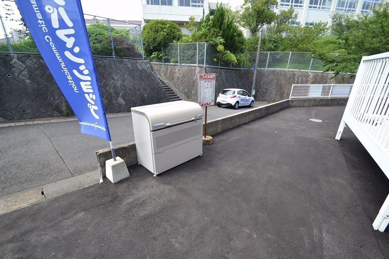 入口付近に新品のゴミステーションを設置しました。