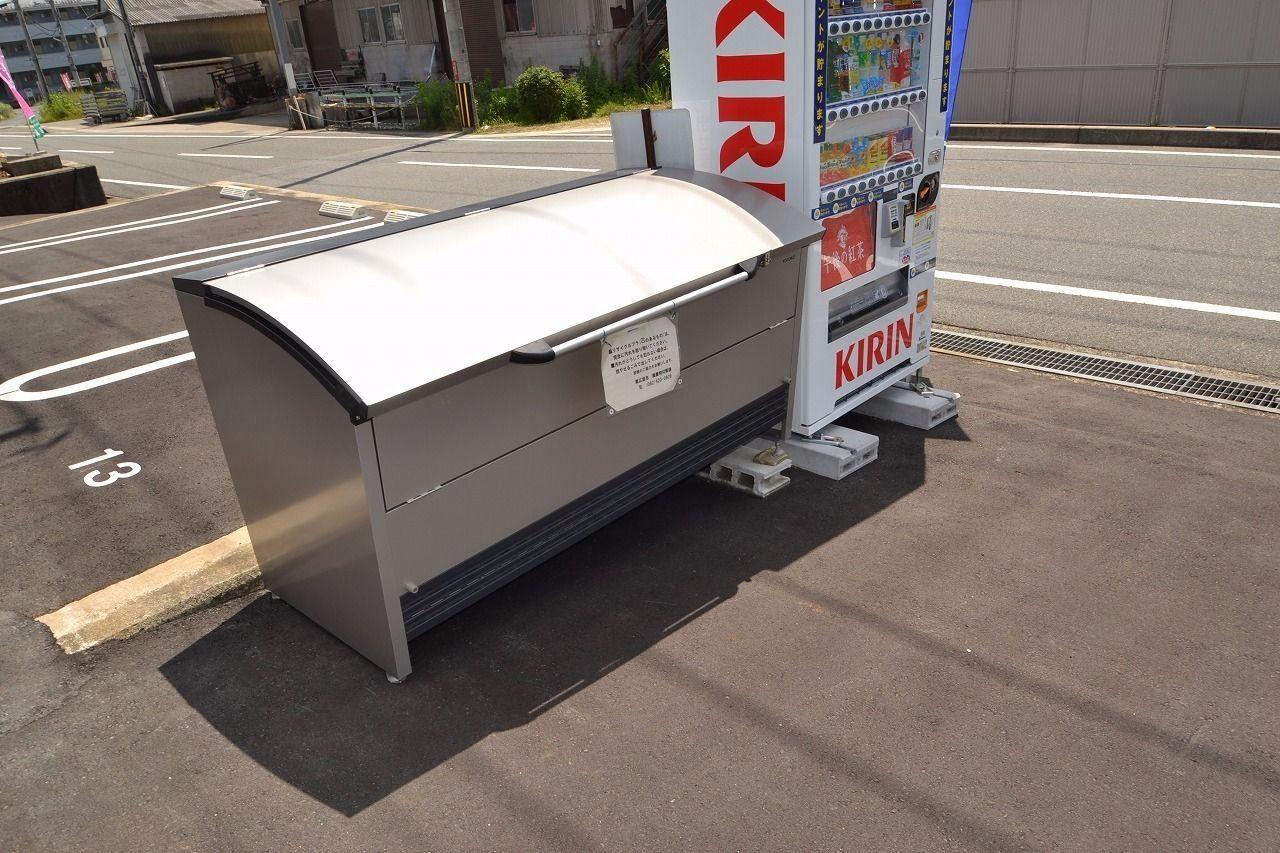 ゴミステーションの隣には自動販売機を設置してみました。