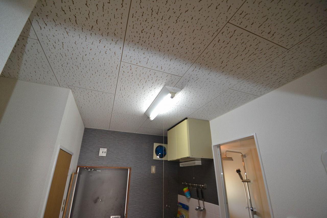 キッチン側にも照明付いています。