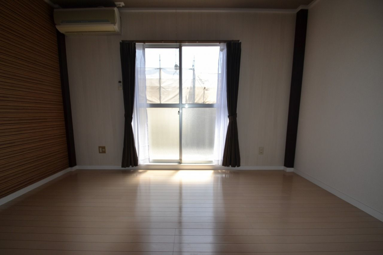 キッチン側からの撮影です。 カーテンも付いています。