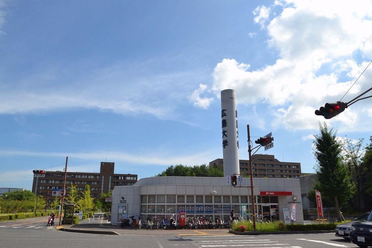 普通〇〇前とかのバス停やお店って多いと思いますが、こちらは広島大学内の郵便局です。