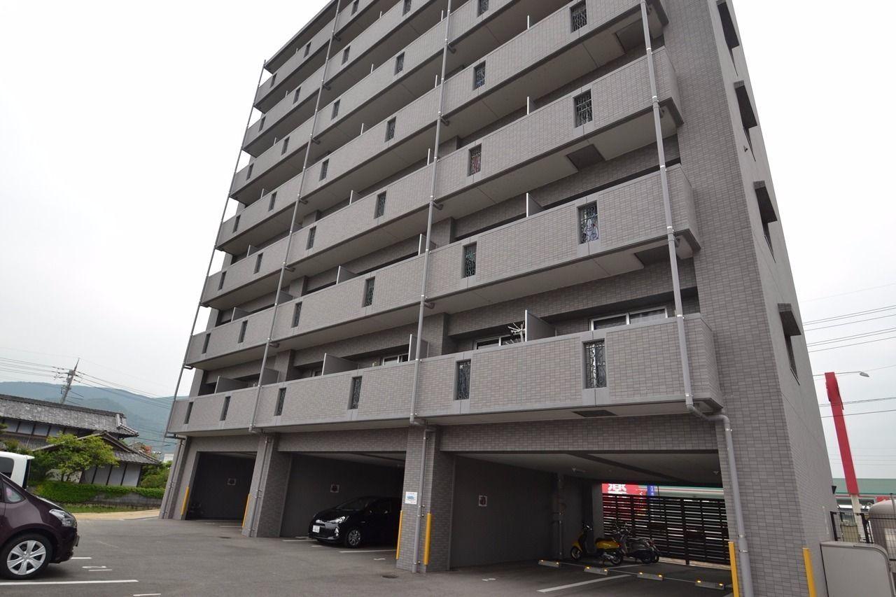 1階に部屋は無く、駐車場と駐輪場になっている。つまり屋根付きです!