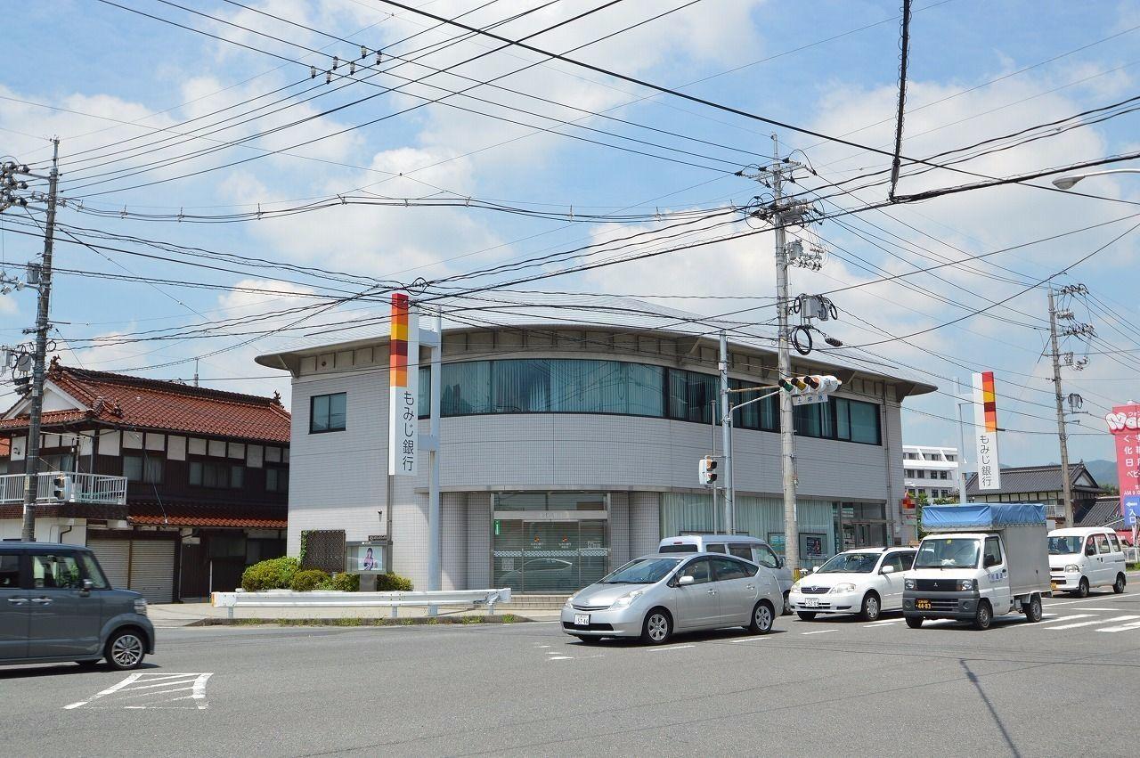 道路向かいにある広島県の第二地銀。