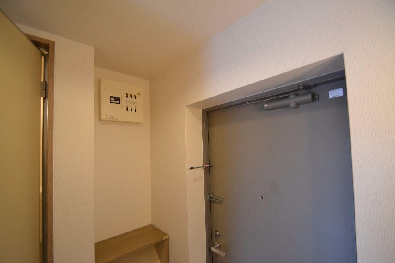 下駄箱の上に設置しています。 停電時や急な消灯の際にお使いください。