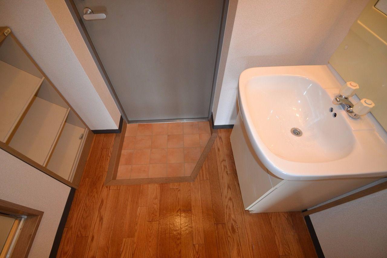 左右に下駄箱と洗面台があります。