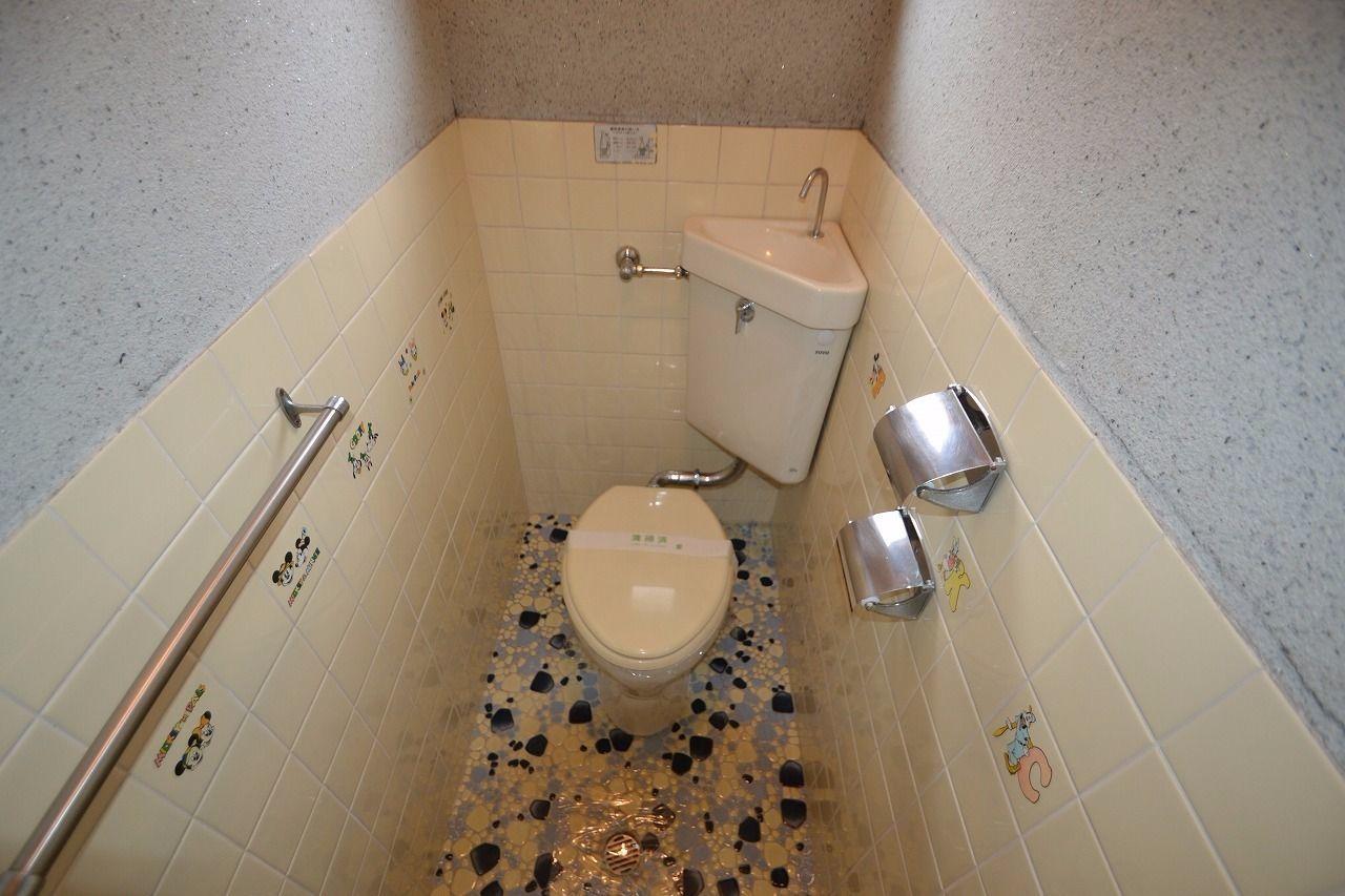 タオル掛けあり。トイレットペーパーは二か所掛けれます。