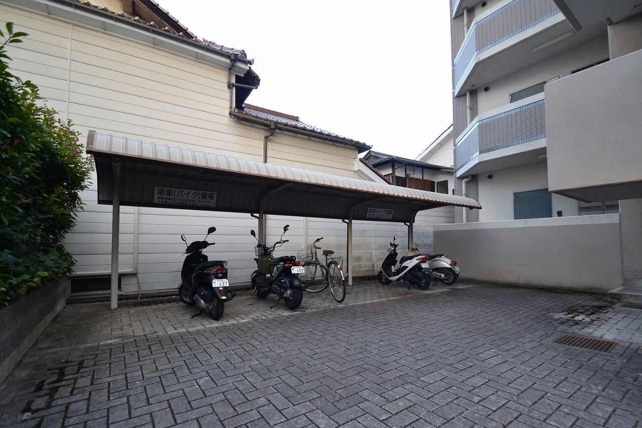 北側にバイク専用駐輪場があります。
