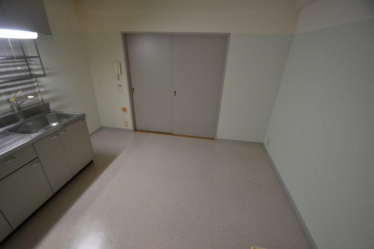 洋室との境の扉を閉めて北西から撮影。