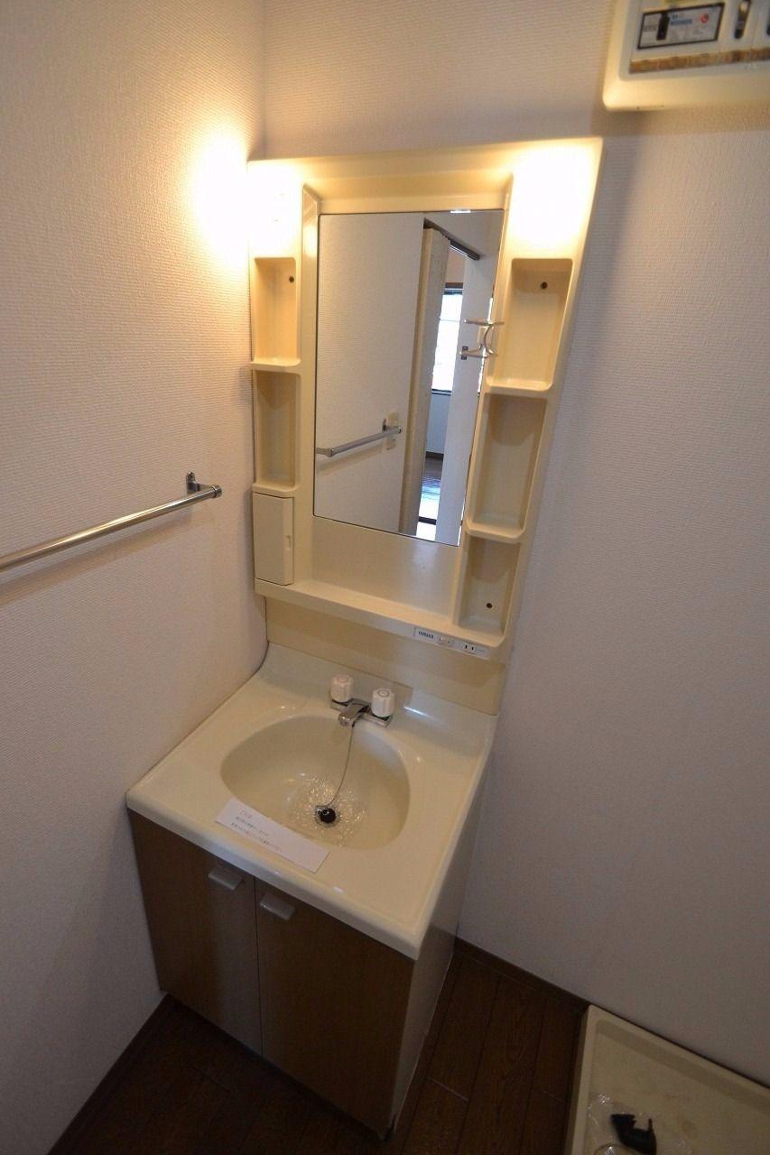 洗面所内にあります。歯磨きなどはココでどうぞ♪