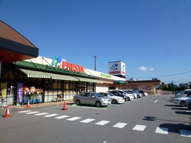 徒歩3分の場所にあるスーパー。隣にはマツモトキヨシというドラッグストアもある。ATMもあって便利です。