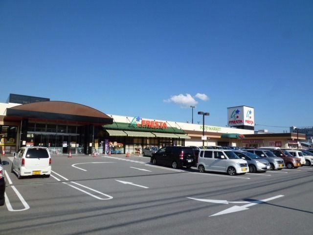 徒歩5分で行けるスーパー。ATMも設置されていて便利。