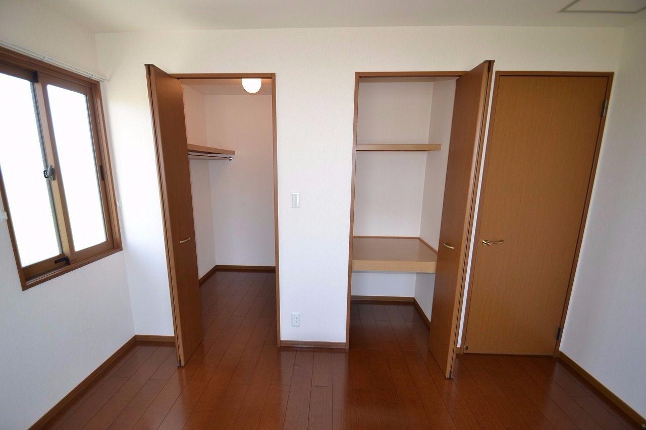 西側にある洋室内の写真。とにかく収納が多くて助かります。窓多くて採光性も高い!