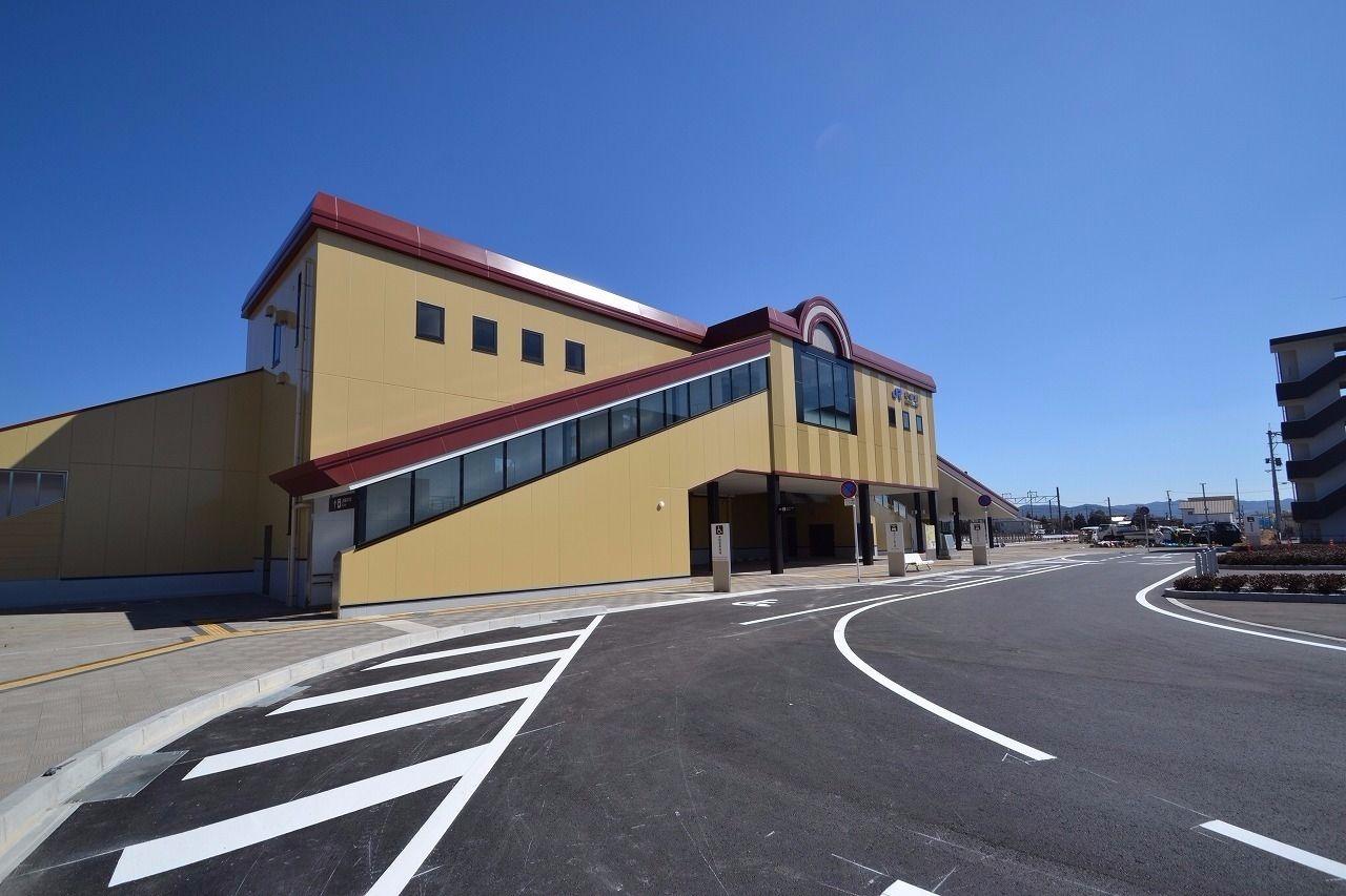 2017年3月に開業した駅。将来駅にはこのアパート周辺まで道を広げる構想が東広島市にはあるらしい。