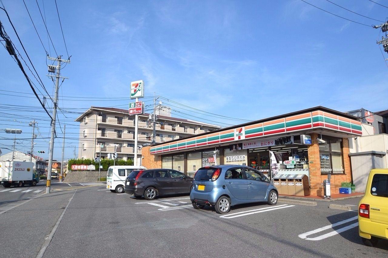 徒歩10分。周辺には川口内科があり、飲食店も多い。