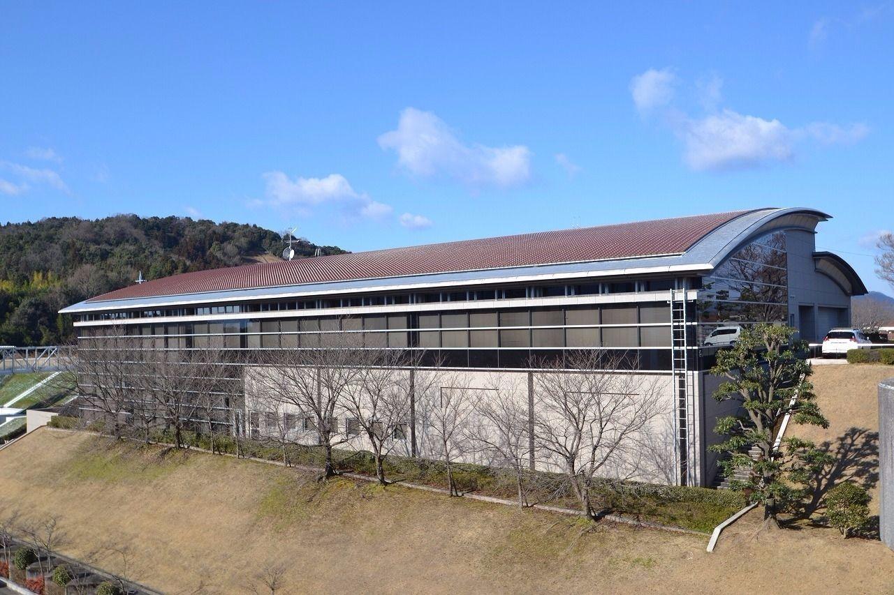 徒歩2分。東広島市最大の公立図書館。