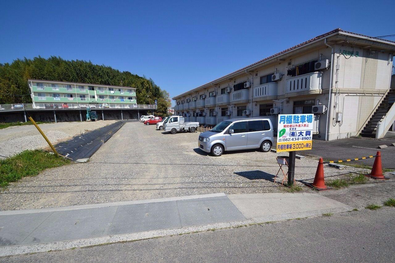 月3000円の駐車場。敷地内に駐車場は少ないので、無い場合はここの利用をおススメしている。