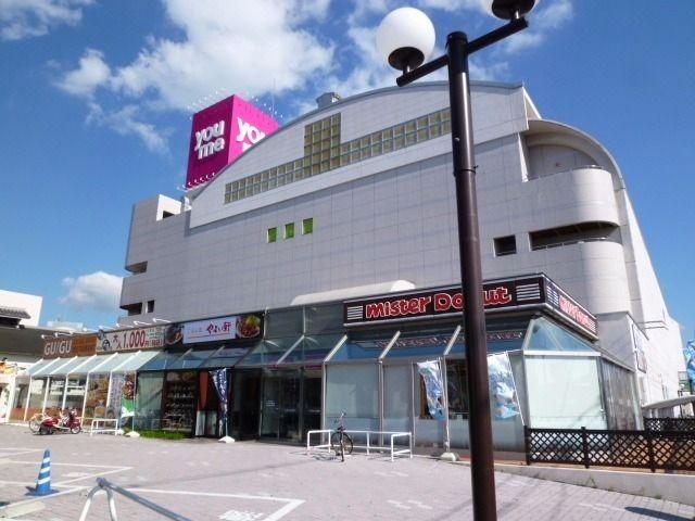 徒歩約11分。地域最大の総合スーパーです。