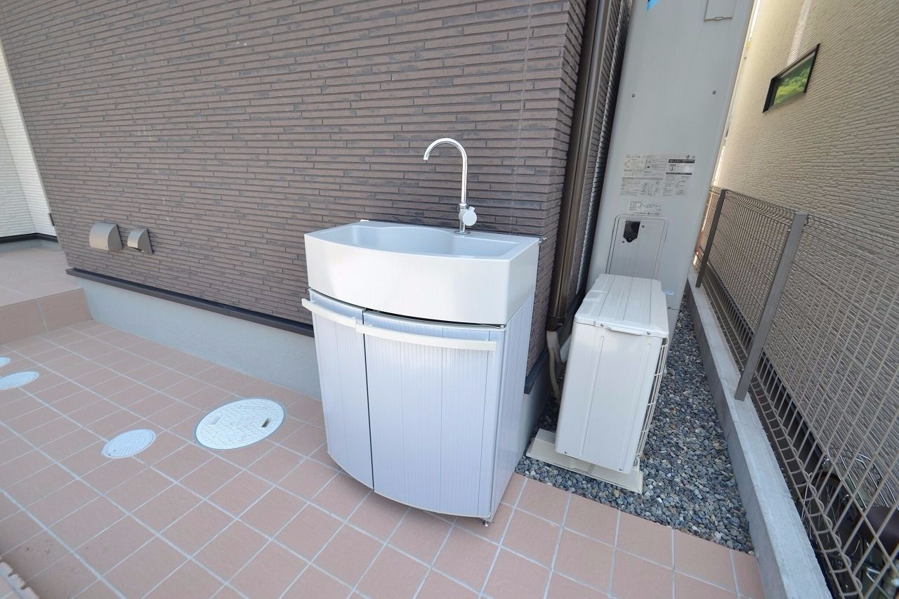 外出からのお帰りの際にはここで手洗いや荷物の水洗いも可能です。