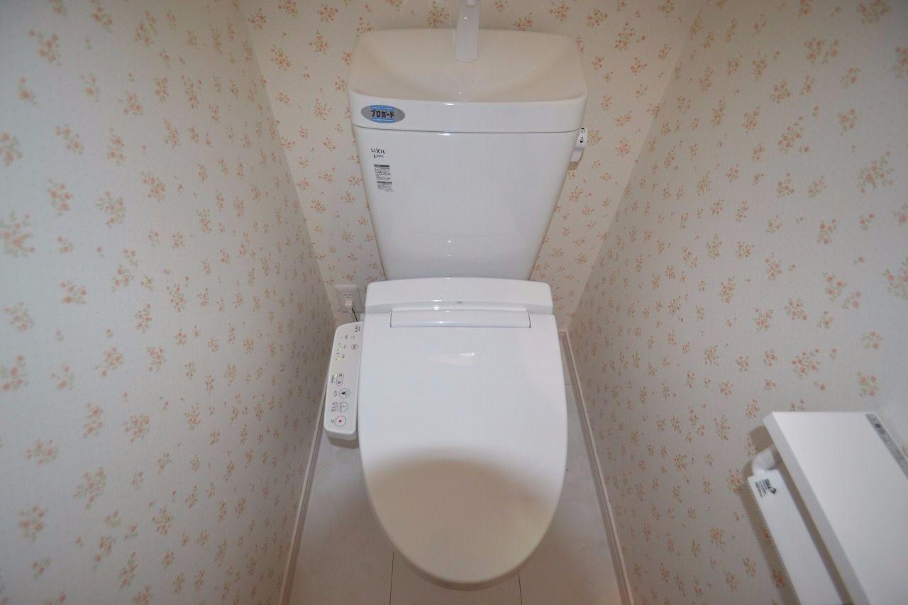 1階にも2階にもあるウォシュレット付きトイレ!トイレ渋滞を避ける事ができますね。