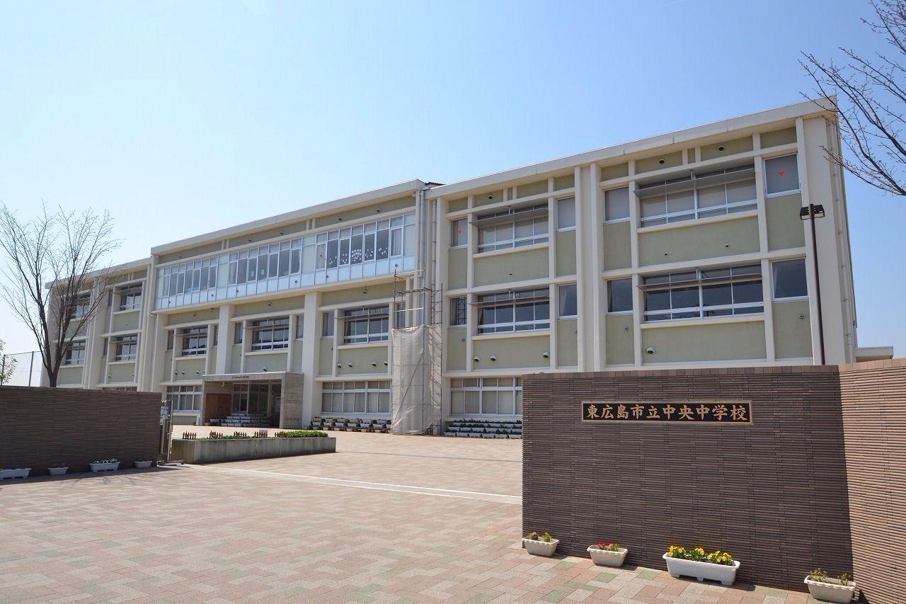徒歩約15分。距離は約1.2キロメートル。西条地区で一番新しい中学校なので校舎がまだ綺麗です。