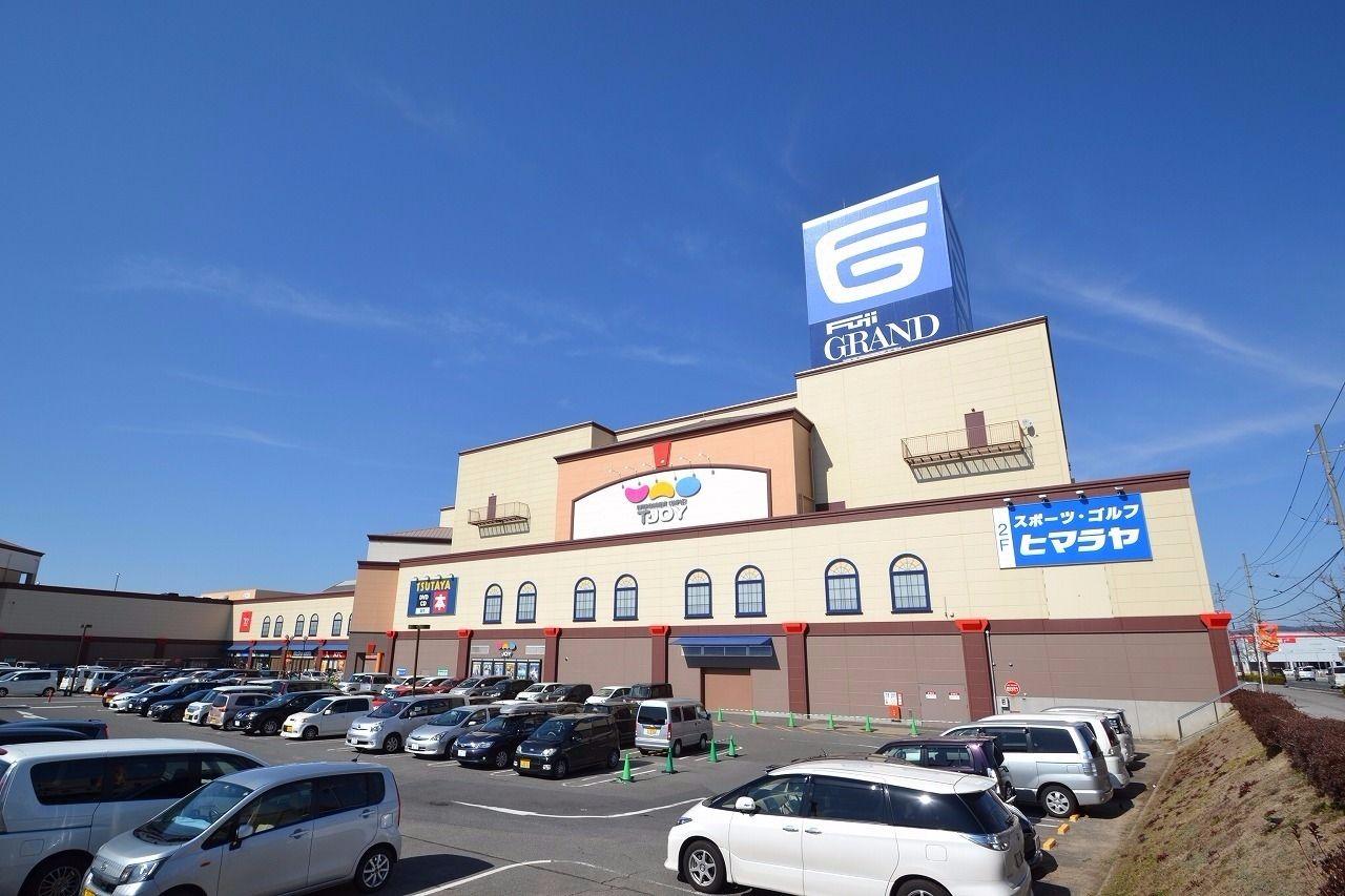 徒歩約48分。車で約10分。距離は約3.8キロメートル。西条地区唯一の映画館がある大型ショッピングセンター。