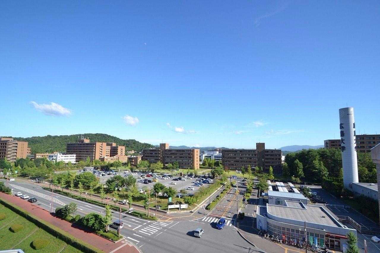 スーパーグローバル大学創成支援のタイプA(トップ型)13大学の1つに、中国四国地方で唯一採択されている日本有数の総合大学。単一キャンパスの敷地及び学生数は全国で3番という規模を誇る。