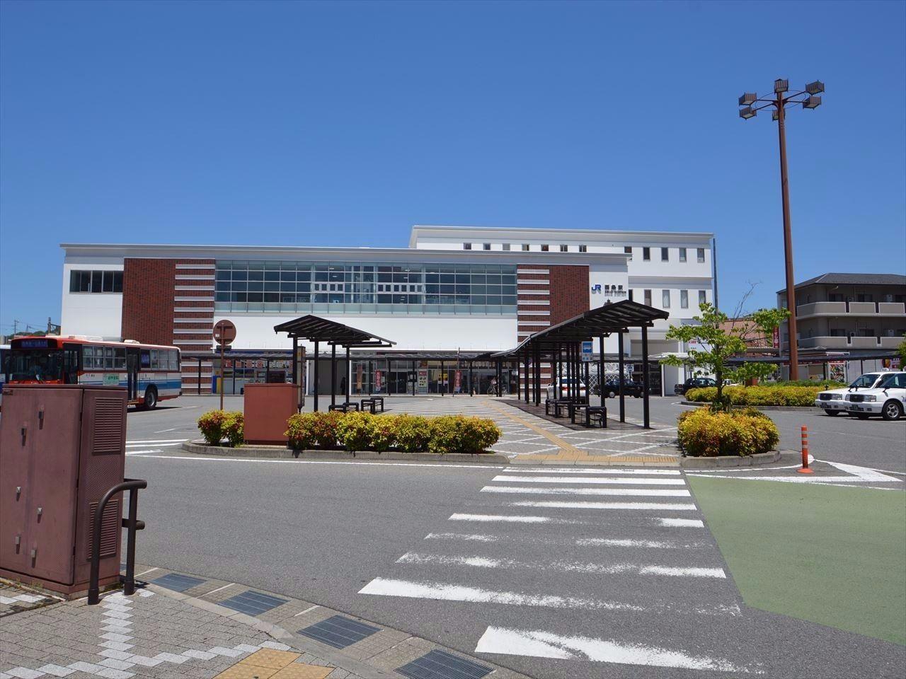 東広島市の玄関口とも言える場所。 2015年1月に西条駅橋上化工事が完了し、趣のある建物に改修された。