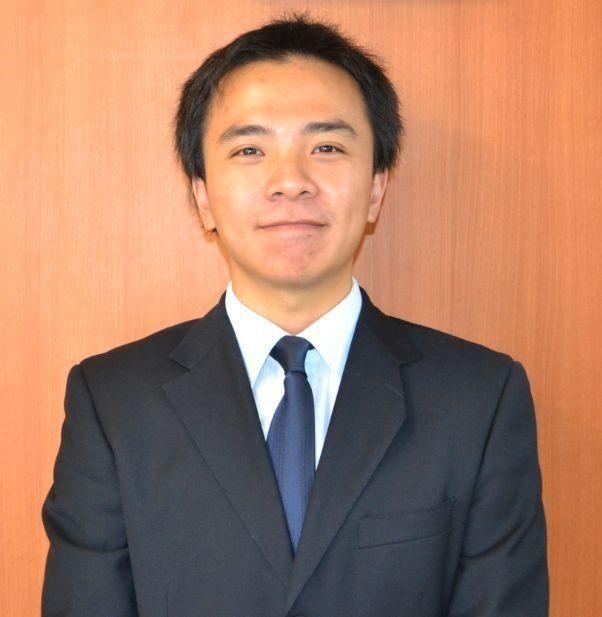 日本に来たのは2009年。当時は吉備国際大学の留学生として来日しました。文化財の補修について学び、今は賃貸のご紹介をするという一応同じ不動産関係の仕事に就いています。でもこの仕事は奥が深く、とてもやりがいを感じています。そして東広島市という場所には多くの中国人留学生がいます。是非私を頼ってください。力になります。さらに結婚をしており1児の父でもあります。子供を幼稚園に通わせています。外国人ならではの視点で子育てに困っている方に自身の体験からアドバイスできるかもしれません。 最後に日本語も得意なので、ご安心ください。ご契約頂いく方は日本人の方のほうが多いくらいです。皆様のご来店を心よりお待ちしております。